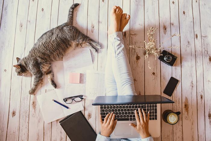 Vrouw met laptop op de grond